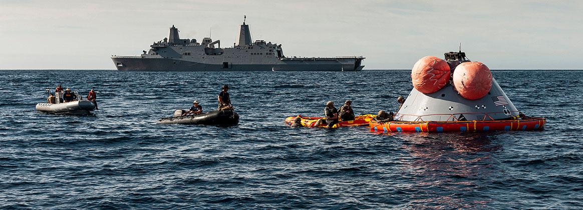 PACIFIC OCEAN (Nov. 1, 2018) - U.S. Navy divers prepare to attach the